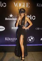 Deborah Secco usa fenda poderosa e decotão para festa em São Paulo