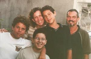 Regristro de Tulio Nogueira ainda na infância com a família. (Foto: Arquivo Pessoal)