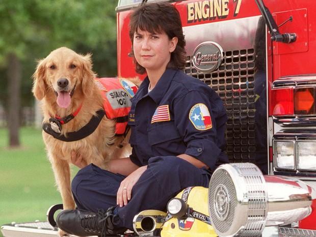 Imagem de 11 de setembro de 2002 mostra Denise Corliss e a cadela farejadora Bretagne em Houston, no Texas (Foto: D Fahleson/Houston Chronicle via AP)
