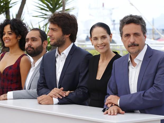 18/05:  Da esq. para dir., Maeve Jinkings, Fabio Leal, Humberto Carrão, Sônia Braga e Kleber Mendonca Filho divulgam 'Aquarius' no Festival de Cannes (Foto:  REUTERS/Yves Herman)