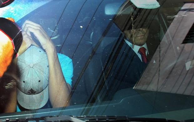Menor corinthians chega acompanhado do advogado   (Foto: Werther Santana/Agência Estado)