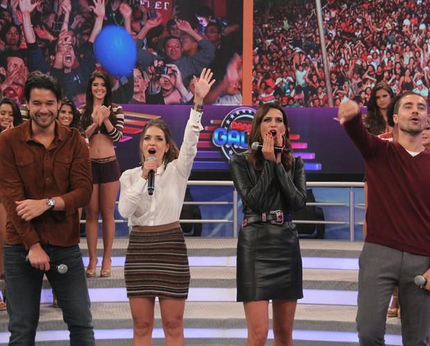 Elenco do Dança da Galera no palco do Domingão  (Foto: Domingão do Faustão / TV Globo)