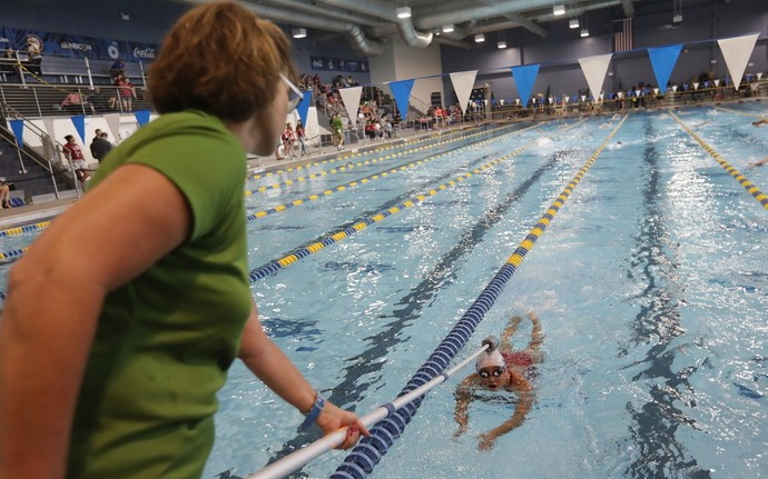 Ajuda do tapper é fundamental para atletas com deficiência visual saberem a proximidade da parede (Foto: Getty Images)