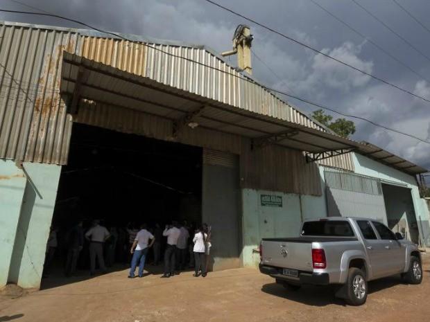 Galpão visitado por deputados da ALMT tem documentos de funcionamento de duas empresas (Foto: Marcos Lopes/Secom-ALMT)