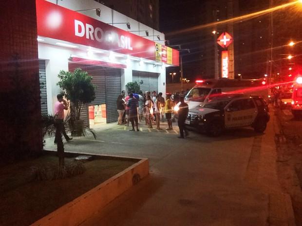 Troca de tiros aconteceu na calçada da farmácia, que fica na Av. Abel Cabral, uma das mais movimentadas de Nova Parnamirim (Foto: Kleber Teixeira/Inter TV Cabugi)