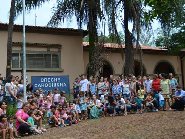 Pais se reúnem em frente à creche Carochinha, na USP, para pedir a matrícula de 21 crianças (Foto: Amanda Pioli/G1)