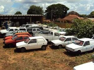 Interessados podem vistoriar os carros no pátio do Detran (Foto: Divulgação: Detran/MS)
