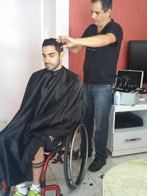 O cabeleireiro José Valente atendendo cliente no DF (Foto: José Valente/Arquivo Pessoal)