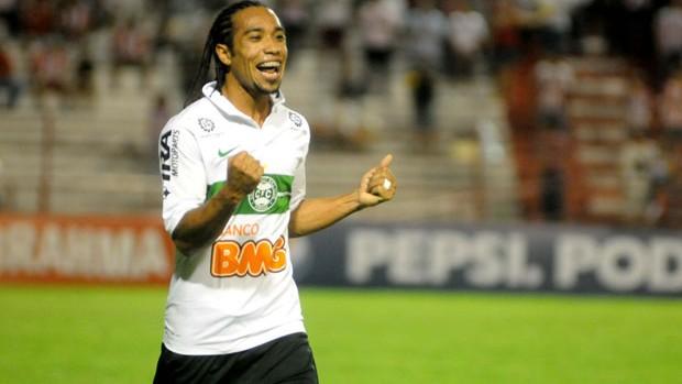 Everton Costa, atacante do Coritiba (Foto: Aldo Carneiro / Pernambuco Press)