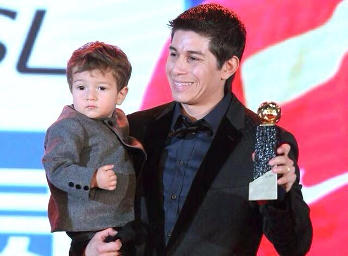 Conca com o filho prêmio na China (Foto: Reprodução / Twitter)