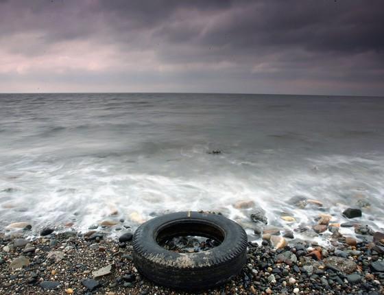 Pneu descartado suja praia em Prestwick, Escócia (Foto: Christopher Furlong/Getty Images)