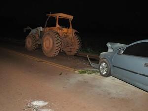 Trator teve problemas mecânicos e foi sinalizado com planta de milho verde.  (Foto: Roberto Jorge/Maracaju Speed)