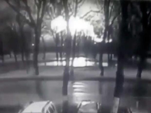 Imagem de um vídeo de câmera de segurança mostra fogo após queda de avião em aeroporto russo (Foto: Câmera do aeroporto Rostov-on-Don / via AP Photo)