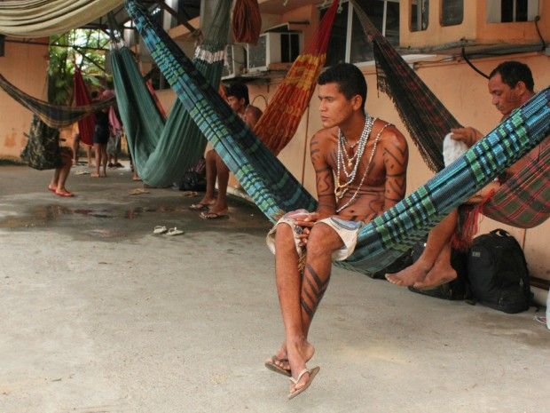 Ao todo, 28 indígenas da cidade de Autazes, a 113 Km de Manaus, ocupam o local desde às 16h (Foto: Jamile Alves/G1 AM)