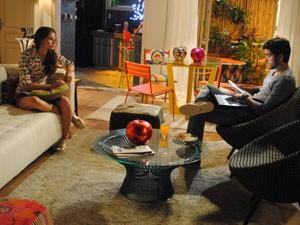 Ju conta a Bruno que Dinho pediu um tempo (Foto: Malhação / Tv Globo)