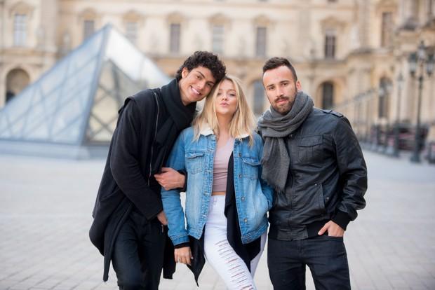 Gabi Lopes posa com amigos em Paris (Foto: Leandro Dias/Divulgação)