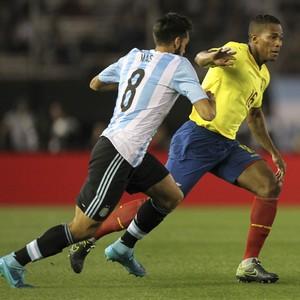Emanuel Mas e Luis Antonio Valencia - Argentina x Equador (Foto: EFE)