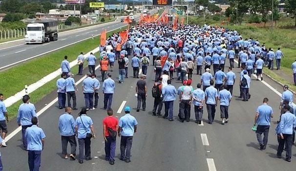 Em protesto, trabalhadores da empresa Renoult bloquearam BR-277, em São José dos Pinhais  (Foto: JorandirFerreira/G1Paraná)