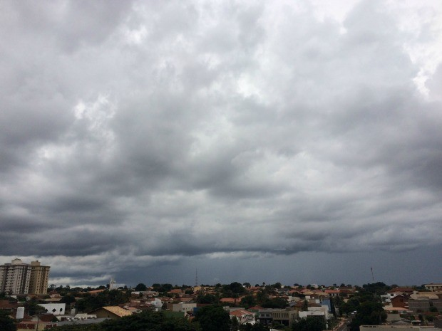Céu na região central de Campo Grande, na tarde deste sábado (16) (Foto: Maria Caroline Palieraqui/G1 MS)