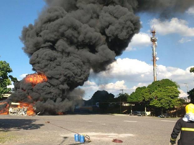 Veículo é destruído pelas chamas (Foto: Corpo de Bombeiros/Divulgação)