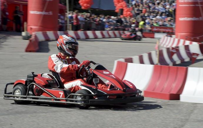 Na quinta-feira, em Helsinki, na Finlândia, Kimi Raikkonen participou de animada disputa de kart (Foto: Reuters)