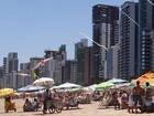 No Recife, amigos se reúnem na praia para diversas atividades