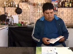 Marcelo Aparecido da Silva guardou os 22 boletos que pagou do consórcio (Foto: Felipe Lazzarotto/EPTV)
