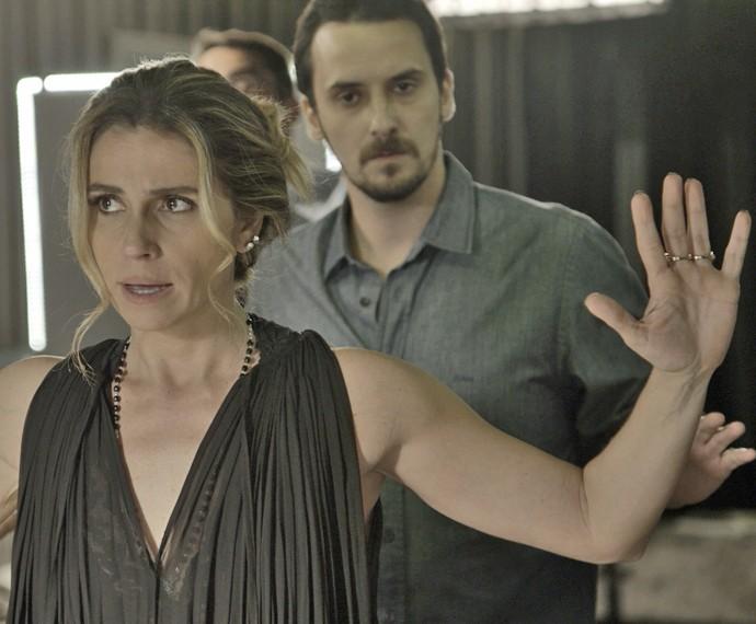 Atena é rendida por delegado (Foto: TV Globo)