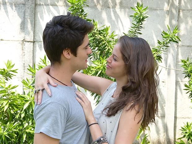 Ju se vinga de Lia e pega Vitor (Foto: Malhação / TV Globo)