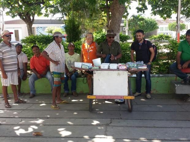 Moradores de Cabrobó tentam descobrir quem é o ganhador da Mega-Sena (Foto: Eric Naboa/TV Grande Rio)
