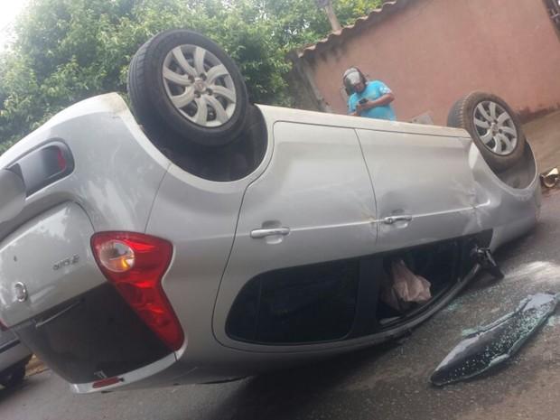 Após capotar carro roubado, jovem é pego e amarrado por moradores; veja em Goiás (Foto: Arquivo Pessoal)