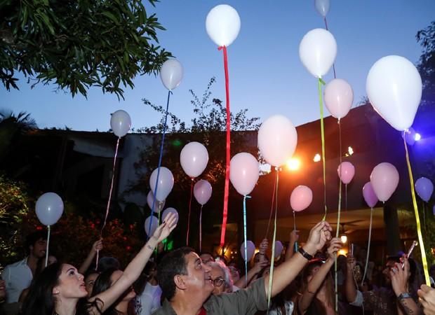 Isabelle Drummond e convidados lançam balões brancos com mensagens positivas (Foto: Roberto Filho/Brazil News)