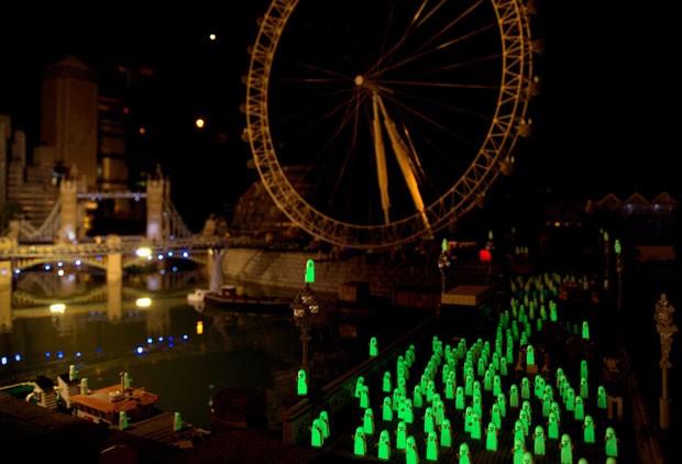 Com objetivo de surpreender visitantes, bonecos fantasmas de Lego vão brilhar no escuro. (Foto: Adrian Dennis/AFP)