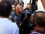 Xingamentos e cusparada: Vasco retorna ao Rio com protesto da torcida