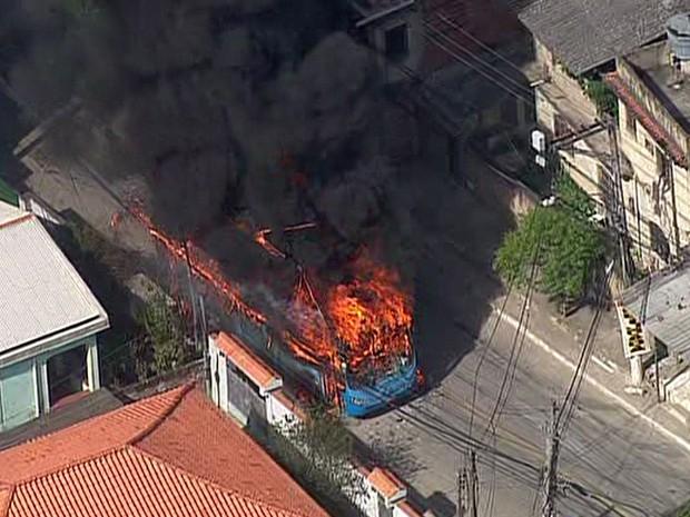 Pelo menos quatro ônibus, um caminhão e dois carros foram incediados até as 14h30 deste sábado (Foto: Reprodução/TV Globo)