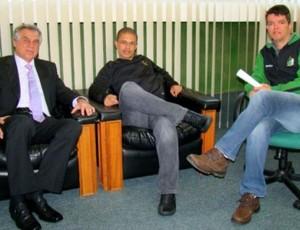 Alex durante reunião com Vilson Ribeiro de Andrade e Felipe Ximenes, do Coritiba (Foto: Divulgação / Site oficial do Coritiba)