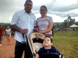 Família assiste pela primeira vez à Via Sacra no Morro da Capelinha em Planaltina, no DF (Foto: Isabella Calzolari/G1)