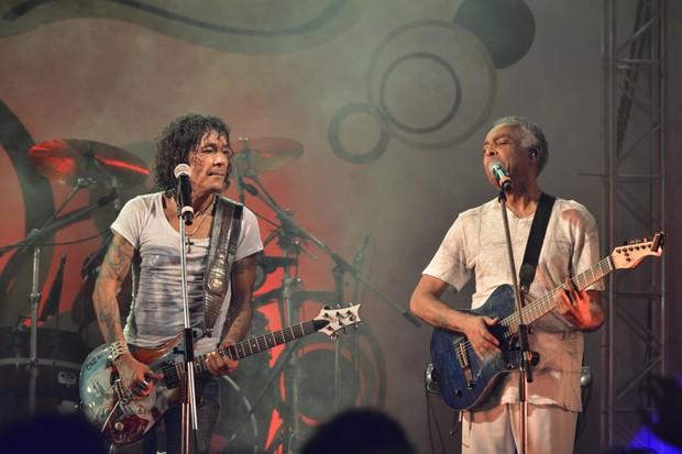 Luiz Caldas e Gilberto Gil dividem palco (Foto: Fábio Martins e Andre Muzzel/Ag News)