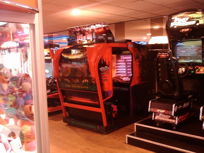 As máquinas da SEGA eram sempre gigantes e com House Of The Dead 2 não era diferente (Foto: Reprodução / notukresistance.co.uk)
