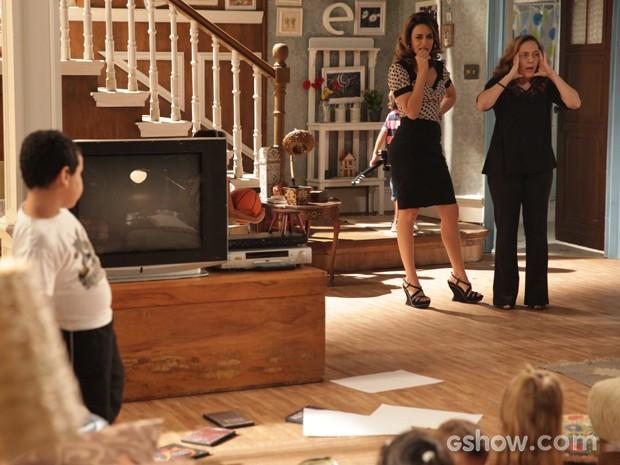 Vera chega em casa e fica horrorizada com o que vê (Foto: Pedro Curi / TV Globo)