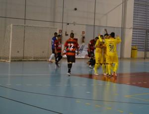 Jogadores São José futsal comemoram gol no Mogi (Foto: Bruno Rocha)