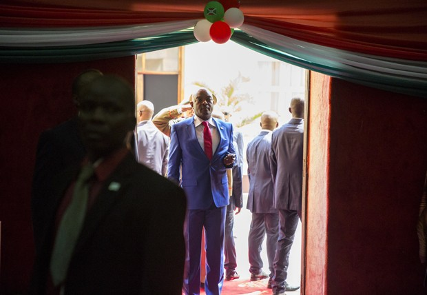 Presidente Pierre Nkurinziza se prepara para cerimônia de posse no congresso  no Burundi (Foto: Griff Tapper / AFP)