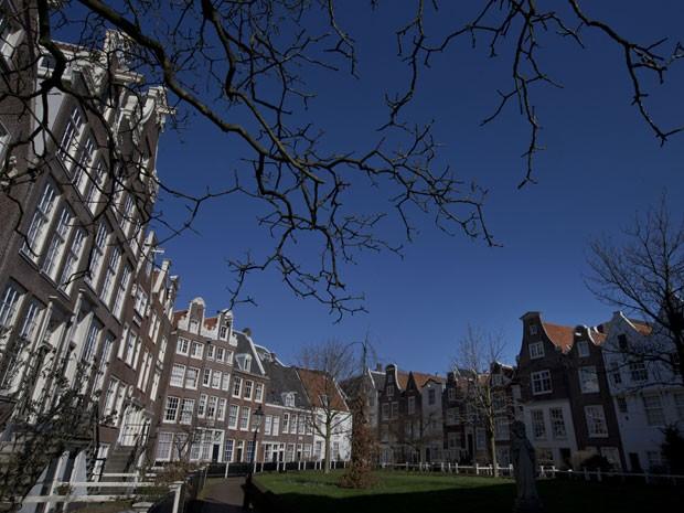 O pátio de Begijnhof, em Amsterdã (Foto: Peter Dejong/AP Photo)