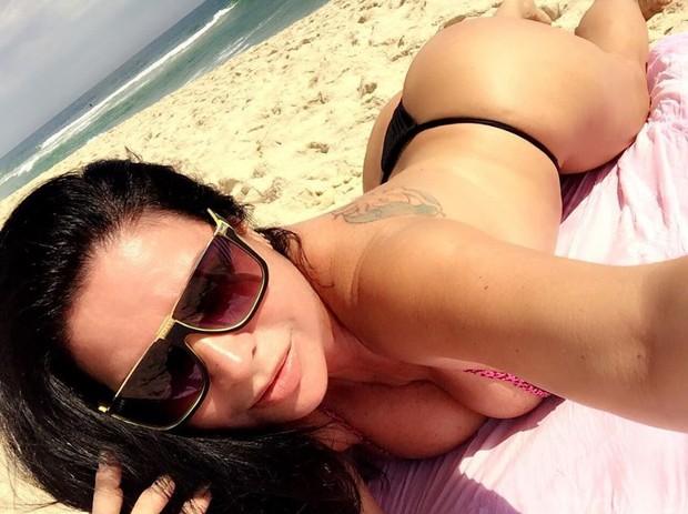 Solange Gomes exibe curvas fartas em selfies nas redes sociais (Foto: Reprodução/Instagram)