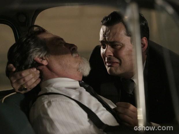 Manfred fica desesperado com a ideia de ter matado o suíço (Foto: Fábio Rocha/TV Globo)