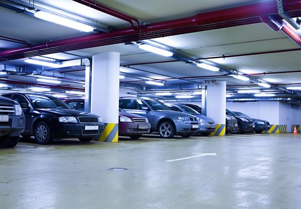 Carros estacionados em garagem ; veículos ; locação de automóveis ;  (Foto: Thinkstock)
