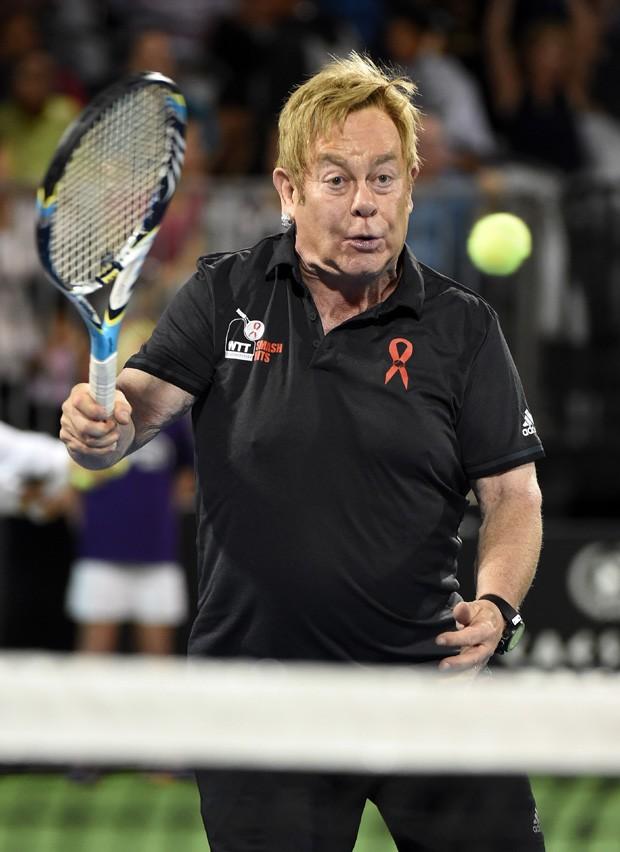 Elton John joga tênis em evento beneficente (Foto: Getty Images)