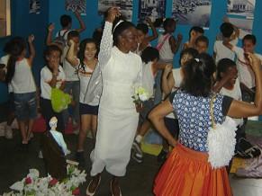 Contadores em uma escola da Maré (Foto: Divulgação / Arquivo Orosina Vieira - Museu da Maré - Ceasm)
