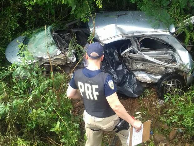 Carro em que estavam vítimas foi atingido por outro dirigido por adolescente (Foto: Divulgação/PRF)