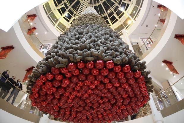 Um shopping em Beirute, no Líbano, criou uma árvore de Natal feita com ursinhos de pelúcia. (Foto: Cynthia Karam/Reuters)
